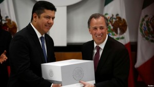 Mexico's Finance Minister Jose Antonio Meade (R) hands over the 2017 budget to the Chamber of Deputies chairman Javier Bolanos in Mexico City. (Reuters)